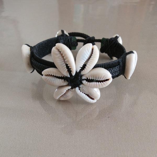 Bracelet-ethnique-noir-en-coquillages-blancs-type-grains-de-café-artisanat-malgache