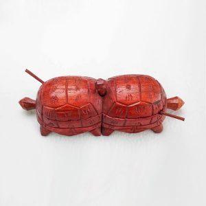 sculpture-salière-poivrière-tortue-bois-artisanat-de-madagascar