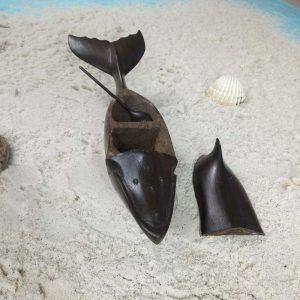 sculpture-salière-poivrière-en-forme-de-baleine-en-bois-hintsy-artisanat-de-Madagascar-3-min