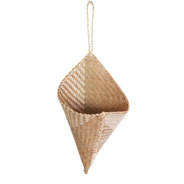 cone-en-raphia-artisanat-madagascar-porte-fleur-recipient-min